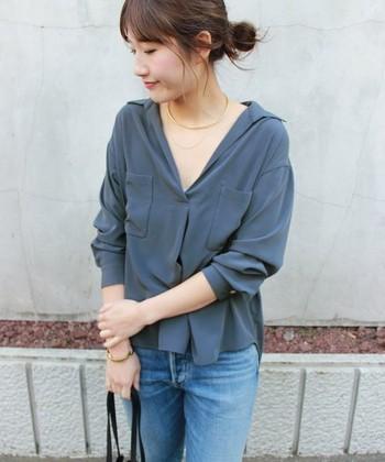 サテンのとろみシャツ。シックな色合いで大人っぽく着こなせます。やわらかなサテンの光沢感が上品で、デニムに合わせてもカジュアルになりすぎず、しっくり決まります。