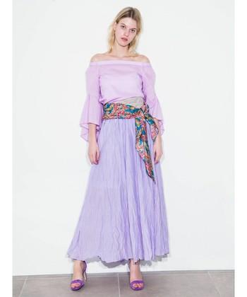 上品なシワ感が印象的な、ラベンダーカラーのロングスカート。小物もトップスも同系色でまとめ、スカーフでウエストマークすると、体形カバーもでき、スタイルもとってもよく見えますよ。