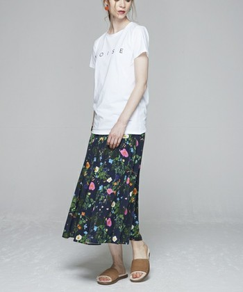 ボタニカル花柄のすとんとした形が印象的なロングスカートは、Tシャツをinせず、外に出して縦ラインを強調させると細長くスタイルも良く見えます。