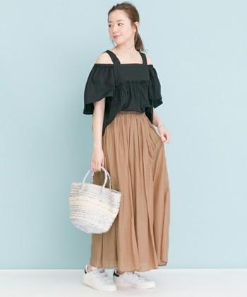 今年流行の、肌みせスタイルも、ロングスカートを合わせれば大人かわいく着こなすことが出来ます。コットンシルク素材はサラッとしていて着心地も抜群です。