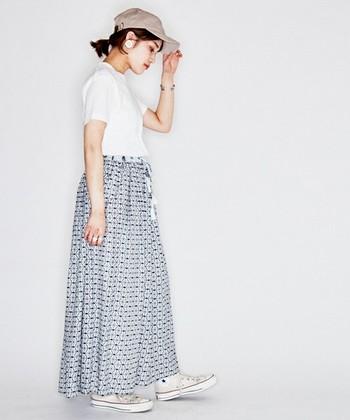 ブロックプリントの存在感のあるロングスカートは、あえてボーイッシュにキャップとスニーカーで。着こなしの主役になれるロングスカートです。