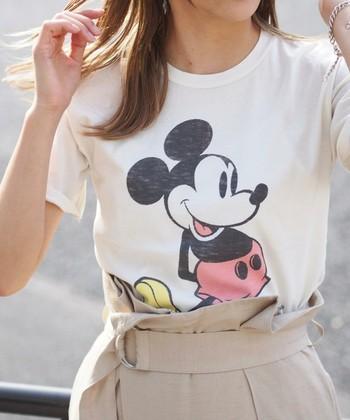 年代を問わず人気のミッキーマウス。味わいのある風合いでプリントされた雰囲気のあるキャラTは、大人の着こなしに合わせやすくおすすめです。