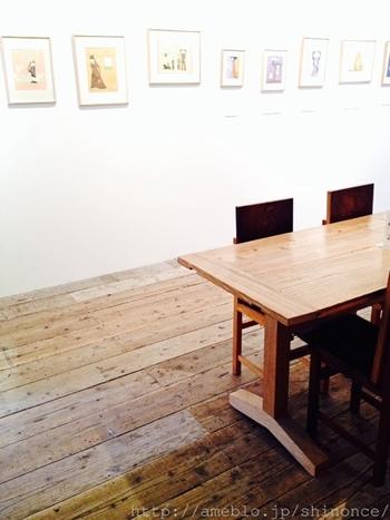 アートに関するお店が集う馬喰町のアガタ竹澤ビルの中にあるのが、こちらの「馬喰町ART+EAT」です。「人と人、人とアートが楽しく出会うギャラリー+ダイナー」というコンセプトで、美味しいドリンクを飲みながら気軽にアートを楽しむことができます。