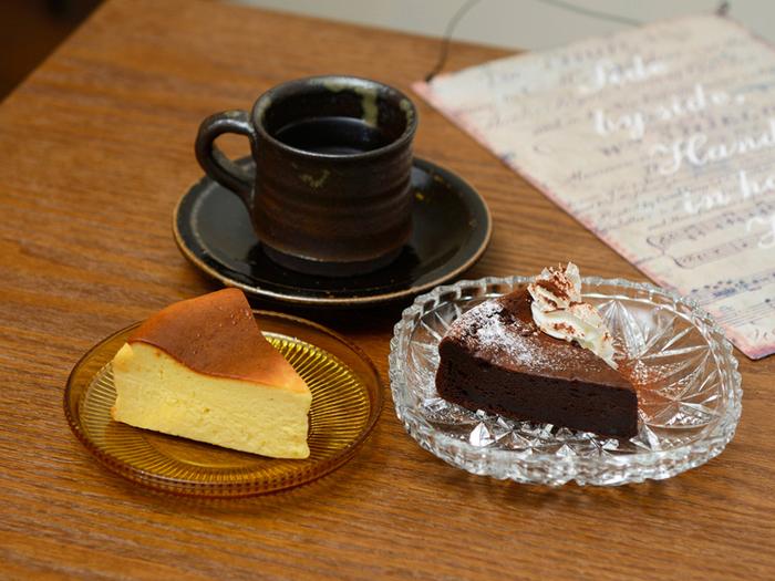 美味しいコーヒーと手作りケーキのセットがあるのも、甘いもの好きなら嬉しいですよね♪一番人気は左のベイクドチーズケーキ。