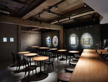 1階と地下2階がギャラリーとなっており、カフェ&ダイニングバーの367°は地下1階です。そのためこちらの空間は、アーティストと鑑賞者のコミュニケーションの場にもなっているようです。
