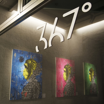 こちらの「367°」は、アートを身近に感じながらゆったりと食事を楽しみたい方にオススメ。セゾン現代美術館のコレクションや、若手アーティストの作品が展示されています。