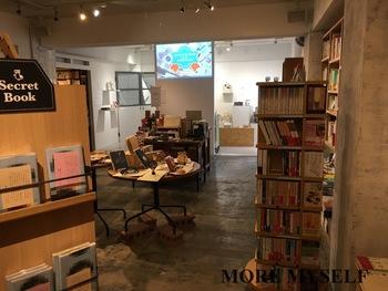 """こちらは、神楽坂駅を降りてすぐのところにある""""かもめブックス""""という本屋さんに併設されたカフェ。本屋さんの中に、カフェとギャラリーがあります。"""