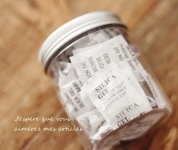シリカゲルはお煎餅やお菓子にも入っているので、買わずに集めてストックしておけば節約にも繋がります。