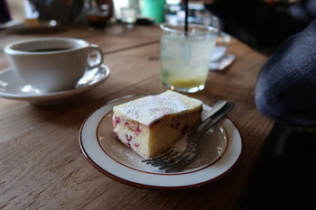 自慢のコーヒーは数種類からお好みのものを選べ、コッペパンサンドやトースト、「サラサ焼菓子工房」の焼き菓子と一緒に楽しめます。焙煎業務に支障をきたすほど人気のモーニングは2016年1月に終了しました。