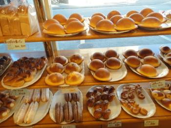 カフェに併設されたショップの看板商品はやっぱり「帽子パン」。前日までに予約すれば、頭にのせられるくらい大きな「特大ぼうしパン」も焼いてくれるとか(^.^)