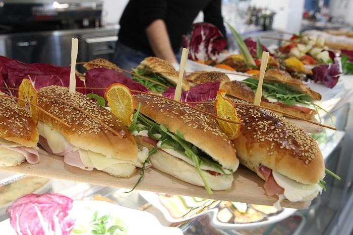 食材にパクチーをつかったり、夏野菜たっぷりの具材があふれそうなくらい挟まっていたりする話題のお店のサンドイッチ。まだ食べたことのない人は、ぜひぜひ一度お試しを。「家でも、そんなサンドイッチを食べたい!」「お店には、なかなか行けない!」という人たちのために、お店の味に近いレシピもご紹介します。