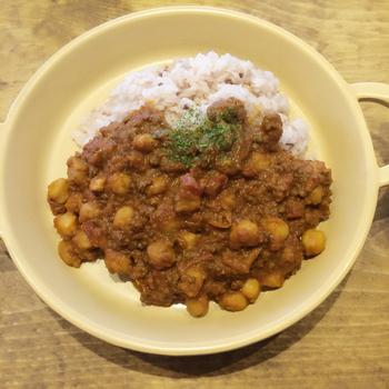 豆の加工品や地元野菜を使ったメニューはどれも美味しいのですが、おすすめは優しい味の「豆カレー」!  また、モーニングではスキレットで焼いたマフィンの他に、青大豆と黄大豆の大豆シリアルを低温で焼き上げた自家製グラノーラも登場。豆への深い愛を感じるメニューの数々をぜひご堪能ください♪