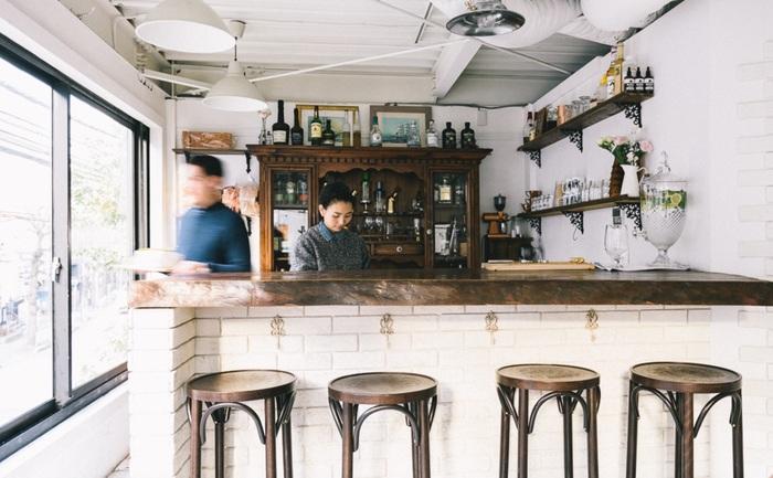 白を基調とした透明感のある店内。天然木のカウンターがあり、カクテルなどのお酒も飲める「サンドウィッチ・バー」です。