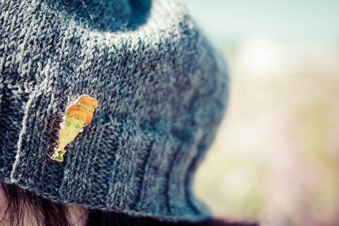 洋服に限らず、カバンに付けたり、帽子に付けたり、つけて楽しめるポイントはいろいろあります。さりげないおしゃれや自己表現に使えるのもブローチの素敵なところ♪