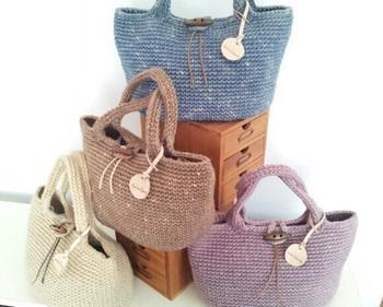 丁寧に編み上げられたバッグ。素材は絞ってむら染めにした麻ヒモ。むらの入り方の違いで、一つずつ異なった風合いが生まれています。色違いで揃えてみるのも楽しいかもしれませんね?