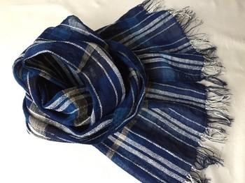 手つむぎ糸を手織りで作られたストール。涼やかな透け感を、爽やかな風と共に感じてみませんか?