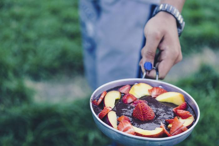 「グリルドフルーツ」ってご存知ですか?簡単に言うと「焼き果物」のことです。好きな果物を焼いて食べる。まさに言葉そのままの意味なんです。海外ではBBQの定番メニューになっていて、日本でもお馴染みの焼きリンゴからバナナ、桃など、いろいろなフルーツを焼いて食べることが人気です。