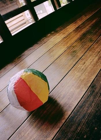 ポン、ポン、と軽い感触が楽しい紙風船。 縁日や何かの景品で手にしたことがある人もいるのではないでしょうか。  ふっ、と口で膨らませるときに広がる鮮やかな色彩に、わくわくしますよね。 軽い紙風船は、顔に当たっても痛くないので、室内遊びや小さい子にぴったり。  遊び方はごくシンプルですが、落とさないように打ち上げて、気づいたら夢中になっているはず。 家族や友達でオリジナルのルールを作っても楽しいですね。