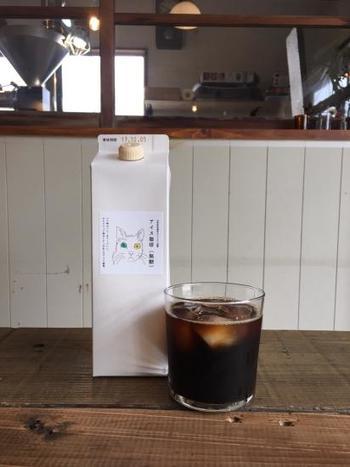 シロネコの味を手軽にいただけるリキッドコーヒー。バリ神山ハニーをベースにしたアイスブレンドを使い、シロネコで焙煎した豆を専用工場でネルドリップ抽出しています。