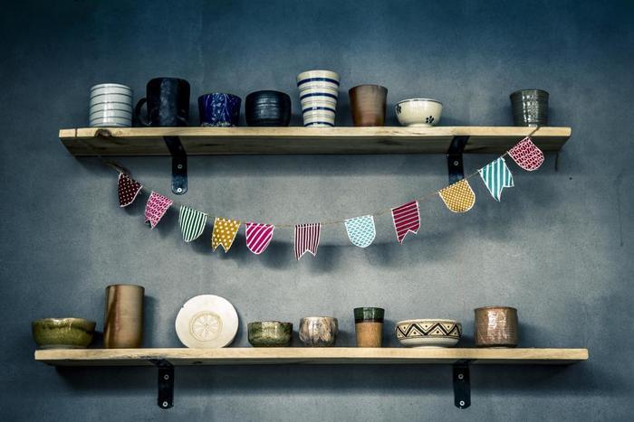趣味の置物や食器類も、一貫性があればスッキリとした印象に見せることができます。お店やギャラリー、美術館などのディスプレイも参考になるでしょう。