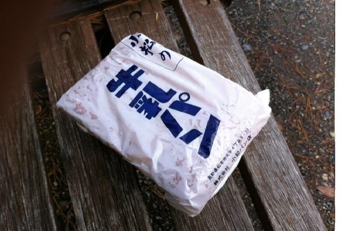 1950年代後半頃にうまれたとされる牛乳パンは、やわらかな四角いパンにミルククリームがサンドされているのが特徴です。発祥の地とされる長野県内では、各地のパン屋さんで作られています。画像は松本市・小松パン店の商品。