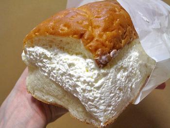小松パン店の牛乳パンは、県内最大の注入量を誇る、といわれています。