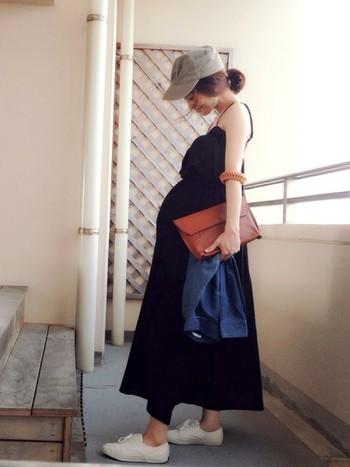 シックなブラックなドレスをスニーカーと帽子でカジュアルに。ふんわり丸いシルエットがキュートですね。