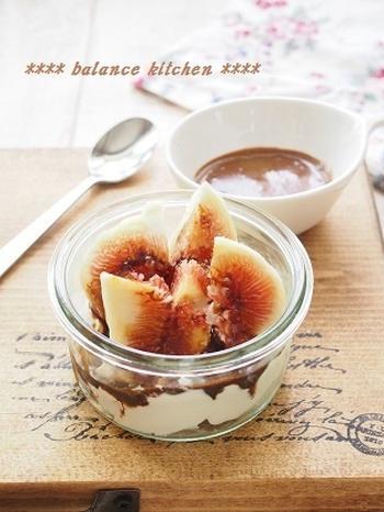コーヒーシロップにはちみつを加えて混ぜて作るシロップを、濃厚な水切りヨーグルトといちじくにかけるだけの簡単デザート。食物繊維豊富で美容と健康に良さそうなさっぱりおやつです。