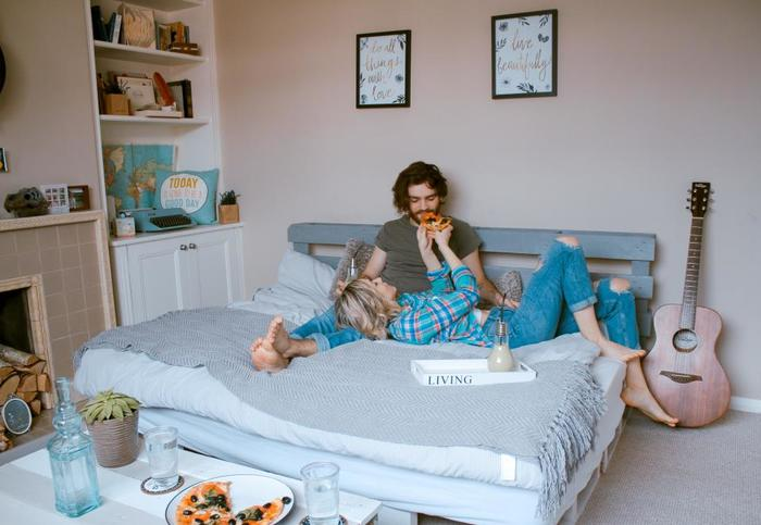 狭い部屋の中心にベッドを置いてしまうという斬新なアイデア。ベッドの上がそのまま生活スペースにもなっています。