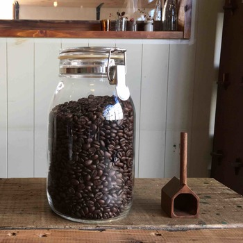 珈琲豆を購入するときに容器を持参すると、ポイントを2倍捺印してもらえます。きれいに洗って、完全に乾かした容器を持参しましょう。フレッシュな香りを逃さないように密閉容器をチョイスするのもポイントです。