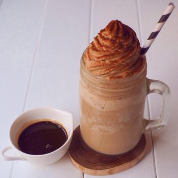 牛乳を冷やした氷、コーヒー、牛乳をミキサーにかけるとフラペチーノができちゃうんです。コーヒーを入れてホイップしたクリームの組み合わせで、しっかりコーヒー味♡ 基本がミキサーで完成するので、とっても簡単です。