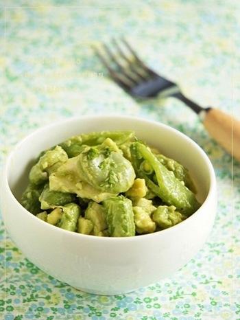 スナップエンドウ、そらまめ、アボカドという三色の濃淡があるグリーン食材に鶏肉をプラスして食べごたえのあるサラダに仕立てました。レモン汁をくわえることで、アボカドの変色を防ぎます。