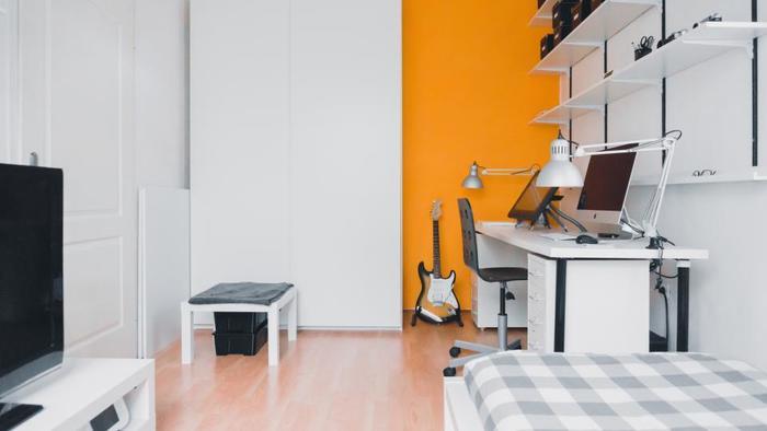エレキギターを中心にレイアウトやカラーパレットを考えられたかのような、部屋の作り方。  テーマのように、自分の好きなものを中心に一貫性を持ったレイアウトや部屋の作り方をすれば、狭い部屋でも均整が保たれ整然とした印象に。