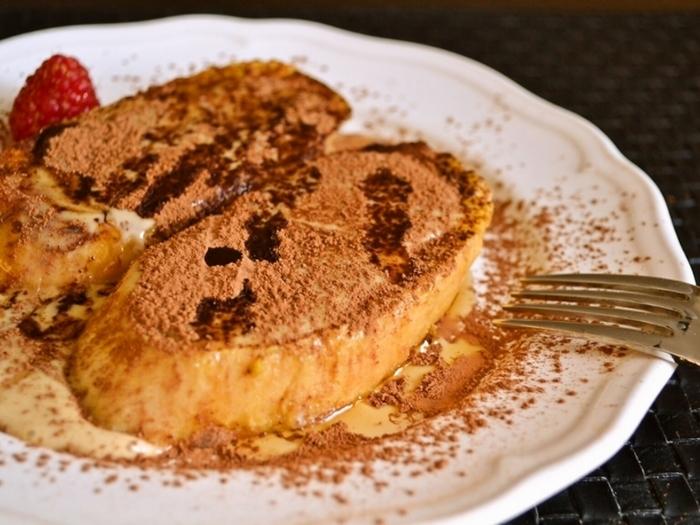 コーヒーの苦みがきいたティラミスのフレンチトースト。一般的なフレンチトーストの手順で仕上げたトーストに、インスタントコーヒーとマスカポーネチーズを混ぜたティラミスソース、メープルシロップをたっぷりかけて完成です。