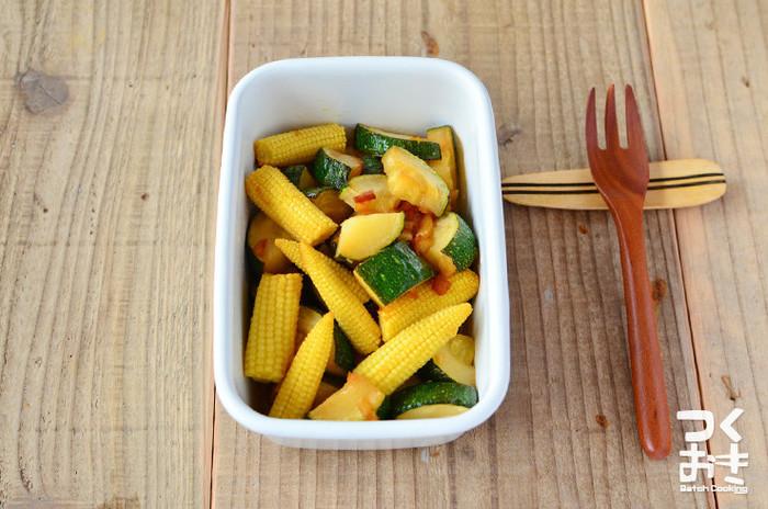 ヤングコーンのとんがったかたちと艶やかな緑のズッキーニが合わさると変化に富んだおかずに仕上がります。レモン醤油味なので、すっきりとした味わいのひと品です。