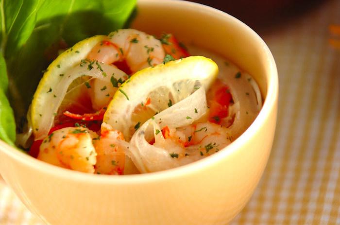 海老は冷凍のむき海老を使えば、ささっと作れてしまうお手軽レシピです。赤いパプリカと黄色いレモン、オレンジ色の海老という色鮮やかなおかずに心がときめきます。