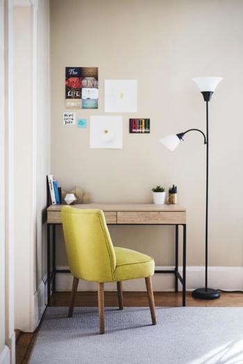 部屋の隅に自分専用のデスクとお気に入りの椅子を合わせるだけで、あっという間にミニオフィスが完成します。