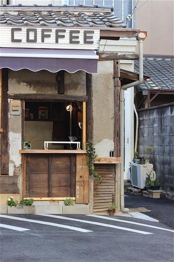"""入るのをかなり躊躇してしまうくらい""""小屋""""という名にふさわしい外観も、趣があって素敵です。"""