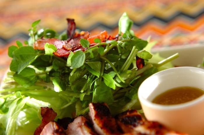 クレソンとレタスに炒めたカリカリベーコンを合わせたシンプルなサラダです。ドレッシングには粒マスタードをプラスしてコクを出しています。小さなクレソンの葉っぱが愛らしいですね。