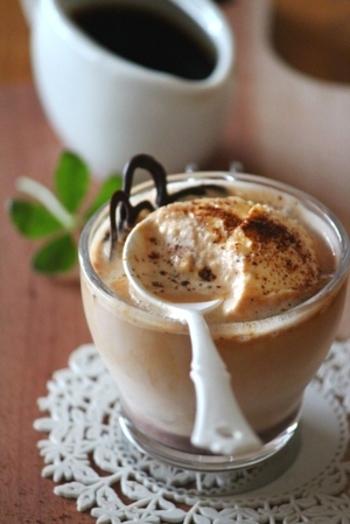 熱々で濃い目のコーヒーをバニラアイスにかけて、溶かしながら楽しむアフォガード。バニラアイスさえあれば、いつでもすぐに楽しめます♡ カルーアなどのリキュールを加えて大人のスイーツに仕上げてもGOOD。