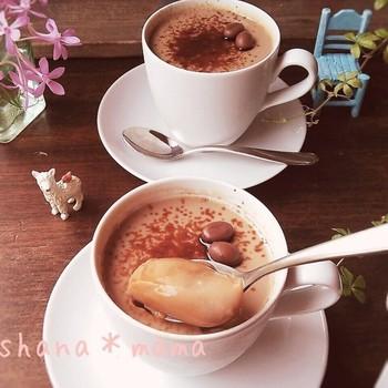 基本のコーヒーゼリーを応用して、牛乳を足してカフェラテ風に仕立てたひんやりおやつ。ココアシュガーやシナモン、シロップなどで甘さや風味を調整すると一層美味しくなります。