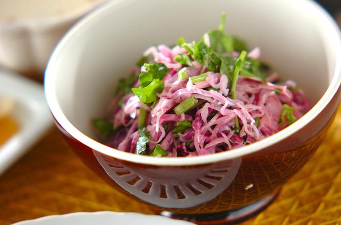 紫キャベツとクレソンを合わせたコールスローのようなサラダです。甘酢を使うので、酸っぱすぎることもなく箸休めのようなひと品に仕上がります。お弁当のすみっこに入れてみたくなるお味ですよ。