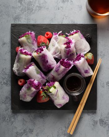 まるで外国のデリのようにフォトジェニックな紫キャベツの生春巻き。お野菜中心でサラダ感覚でいただくのもいいですし、海老や鶏肉などをプラスしてボリュームを出すと立派なメインおかずになりますね。