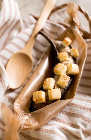 焼きバナナはトースターやフライパンなどでも簡単に作れます。こちらはクリームチーズと一緒に。他にもアーモンドやチョコスプレーをまぶしても。いろいろなアレンジが可能なところも魅力です。