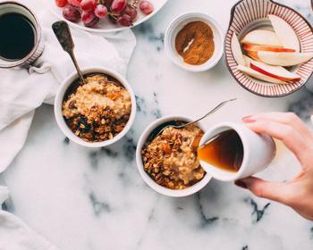 色々なおやつに混ぜたり、かけたりするだけでコーヒー風味を楽しめる「コーヒーシロップ」を知っていますか? スコーンやクッキーに混ぜたり、牛乳と混ぜるだけですぐにカフェラテ風ドリンクが完成したり、アイスにかけても美味しいんです。作っておくと便利です◎