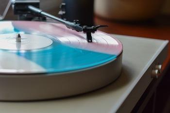 映画に飽きてしまったら、好きな音楽を聞いて過ごすというのもおすすめです。クラシック音楽などは、ゆったりした曲調のものも多く、癒されますよ。