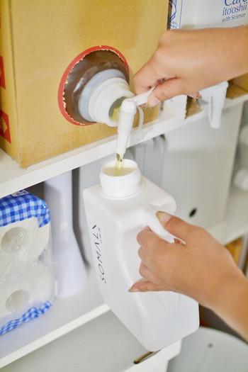 お気に入りの洗剤は、使いきるたびにわざわざ買いに出かけるのも一苦労。重たい洗濯洗剤は、まとめて宅配でのお買い物がお徳で便利です。大容量の箱入り洗剤にコックを取り付けて、無くなった分の詰め替え作業。ストックした状態で、新しい洗剤を追加できるので、とってもエコな上に便利ですね。