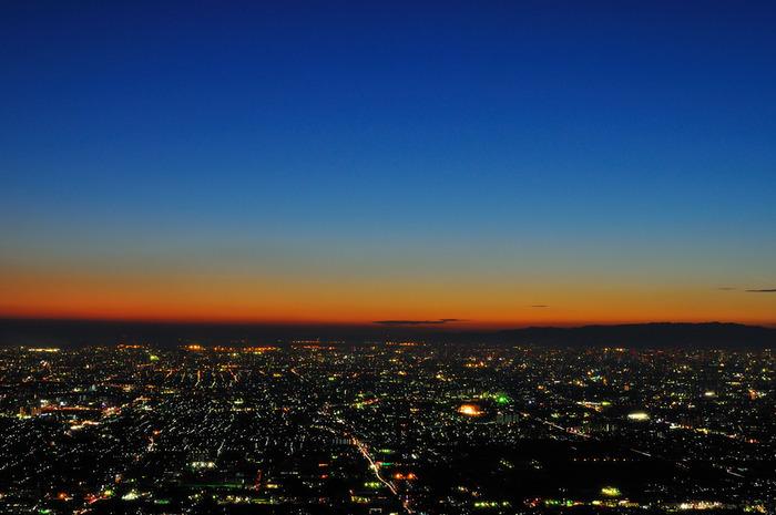 生駒山を挟んで大阪と奈良を結ぶ道路、通称十三峠は、生駒スカイラインと同レベルの夜景が見られる展望スポットへ一般道で行けることで人気です。峠越えへの道はなかなか険しいため、比較的道幅が広い奈良側から向かわれるのがおすすめ。