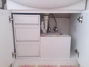洗面台など、ちょっとしたスペースを有効活用してストックしておきましょう。ホワイトグレーでまとめて、清潔感もばっちりです。