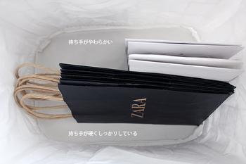 持ち手がしっかりしている紙袋はそのまま横に。やわらかいものは持ち手を中に入れて、底向きに収納するとキレイにストックしておくことができます。 下記のリンクで詳しく紹介されています。